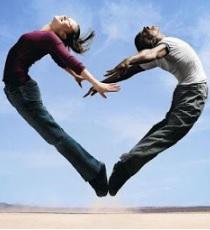 Imagen de un corazón hecha por 2 jóvenes