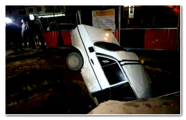 سقوط سيارة اجرة في حفرة عميقة بمدينة الدار البيضاء
