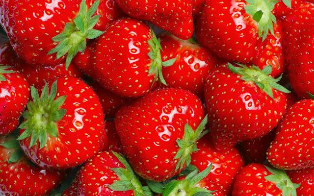 Rode bureaublad achtergrond met lekkere aardbeien