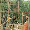 Anggota Satgas TMMD ke 104 Kodim 0417/Kerinci Membantu Membangun Rumah Warga