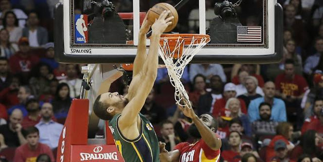 Rudy Gobert, du Jazz de Utah, dunke sur James Harden des Rockets de Houston.