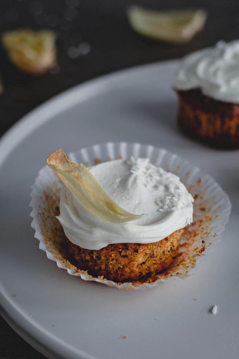 ein saftiger Cupcake mit Topping  in Nahaufnahme