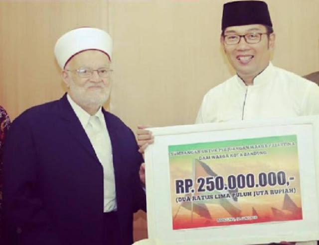 Ridwan Kamil serahkan infaq warga Bandung untuk Palestina