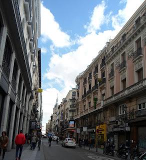 Edificios señoriales en el inicio de la calle, desde la Puerta del Sol.