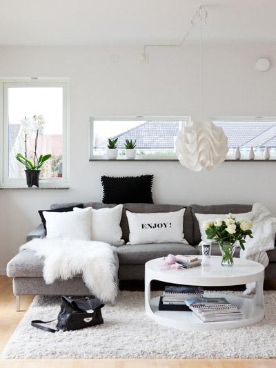 Oro y menta decorar salón con sofa gris
