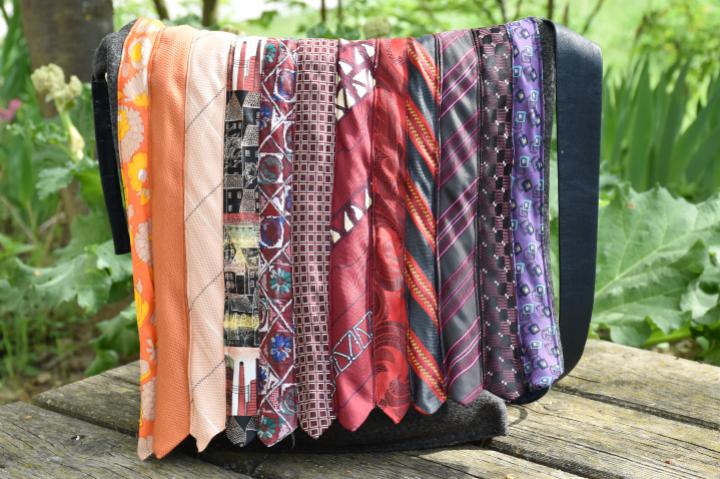 Tasche aus alten Krawatten genäht