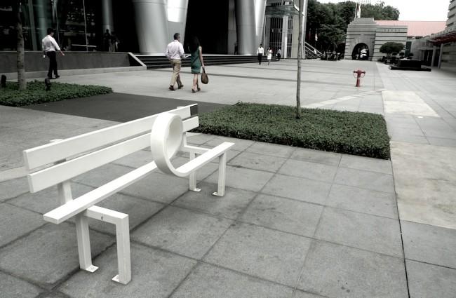 Banca de parque y escultura contemporánea