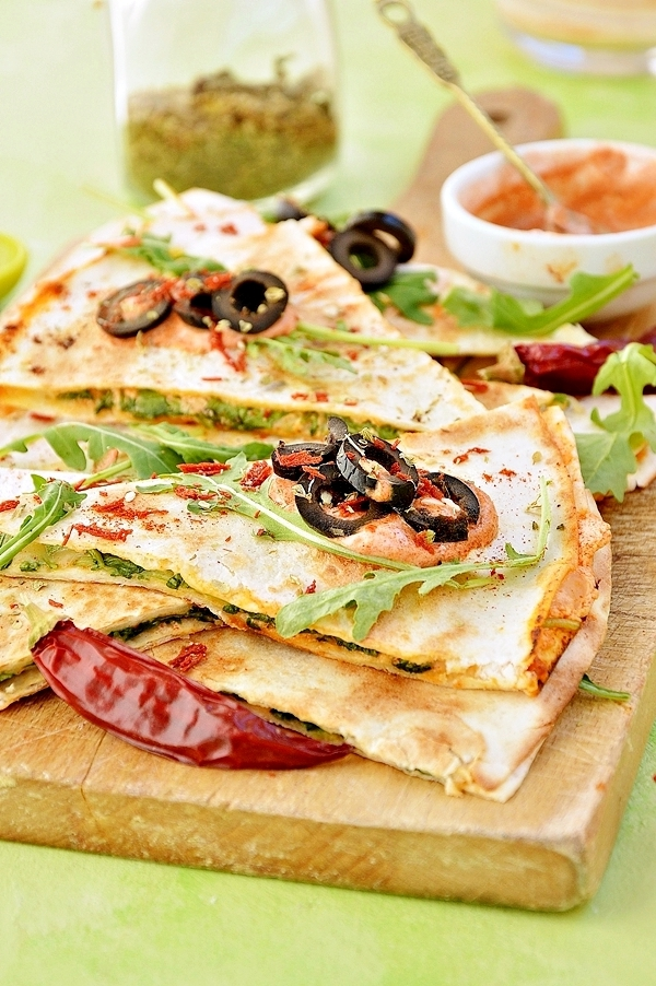 Quesadillas z serem, rukolą i czarnymi oliwkami