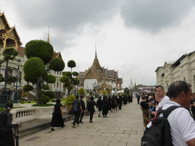 Fila de pésame en un lado y turistas al otro en el Palacio Real de Bangkok