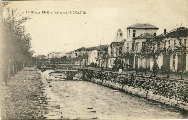 Dragor river with the right side of the boulevard on a postcard from 1917 by an unknown publisher, sent to France on July 4, 1918. In the background - Clock Tower and Yeni Mosque.
