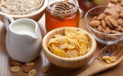 كيف تحصلين وأسرتكِ على حاجتكم من الكالسيوم والفيتامين د من الفطور,عسل حليب لبن مكسرات افطار غذاء وجبة الافطار