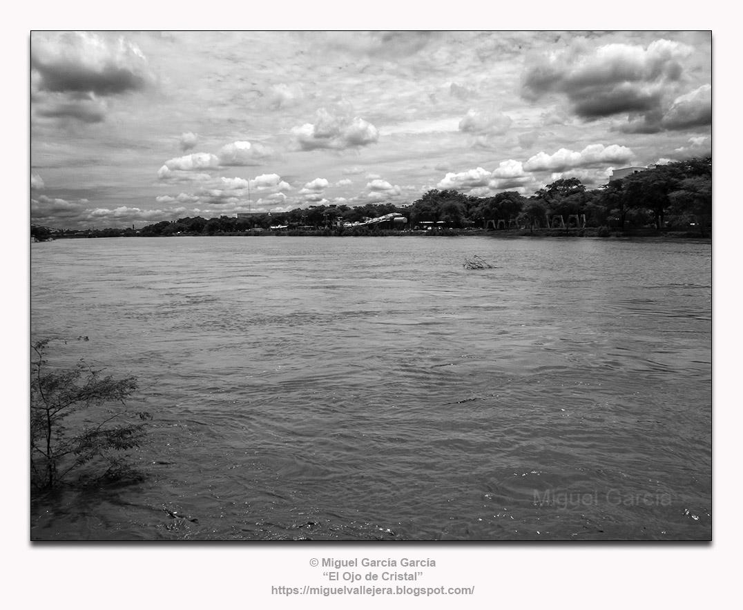 Río Piura cruzando el centro de la ciudad. Su cauce puede estar semiseco durante años.