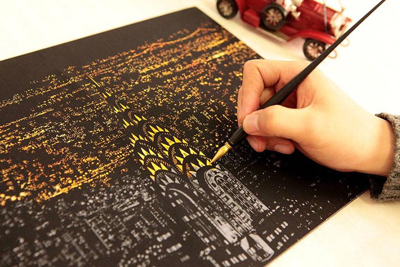 Cartón para colorear te acepta raspar la superficie para desvelar preciosos paisajes nocturnos