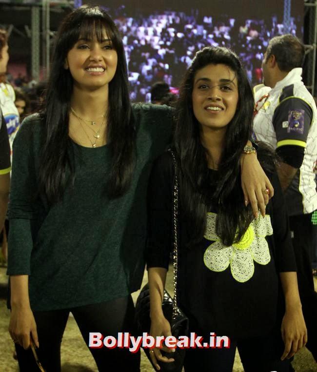 Sana Khan, Chitrangada Singh,Sana Khan, Genelia, Mandira , Huma at CCL4 Karnataka Bulldozers Vs Mumbai Heroes SF