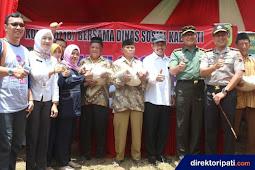 Alumni SMAN 1 Pati Kompak Salurkan 800 Kg Beras untuk Lansia
