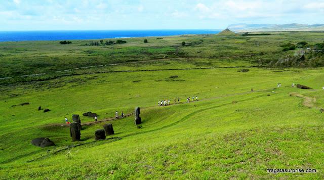 """Ilha de Páscoa, a """"fábrica de moais"""" nas encostas do vulcão Rano Raraku"""
