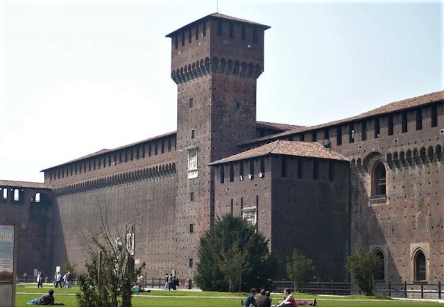 torre di bona nella piazza delle armi del castello sforzesco