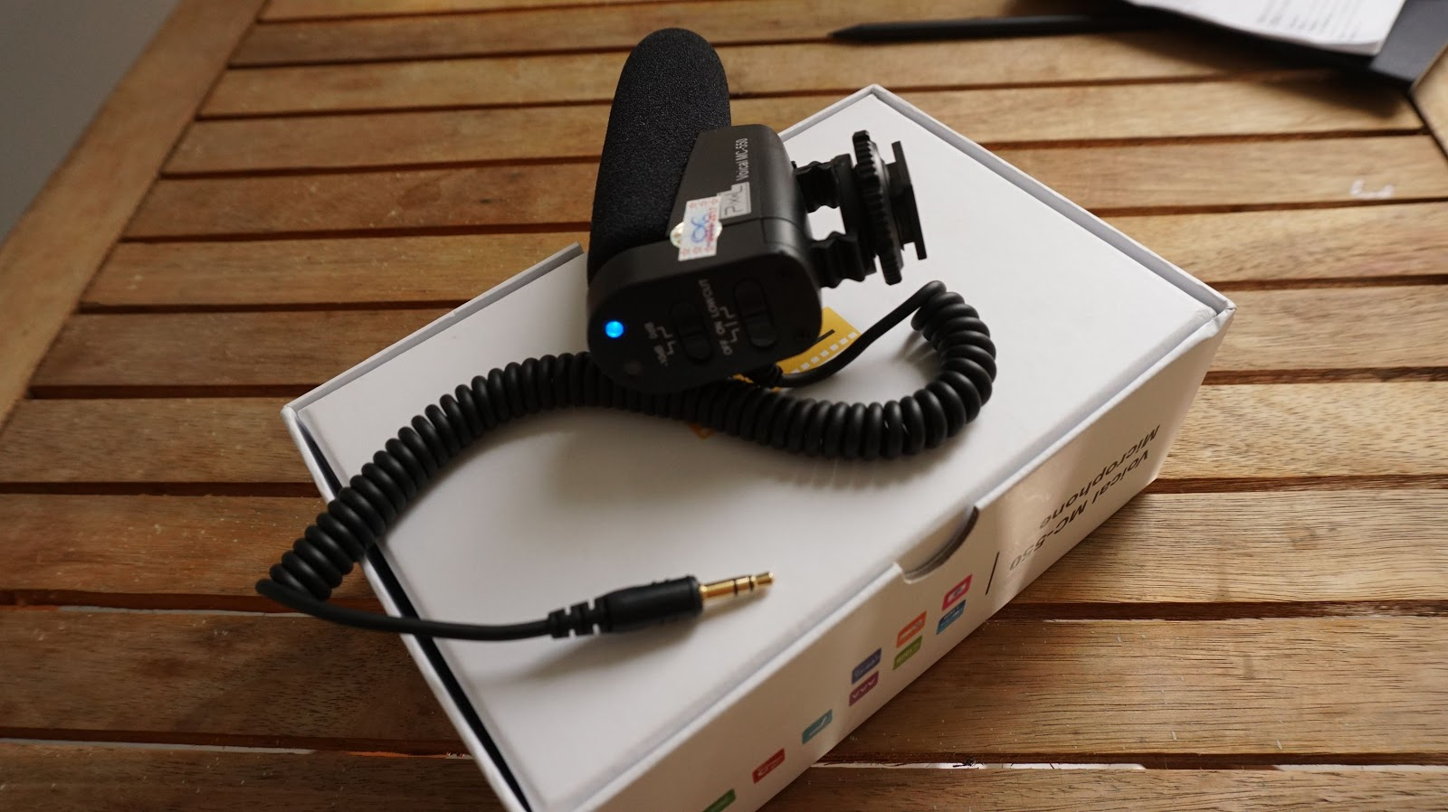 Chỉ cần nhấn nút, thấy màu xanh là máy thu âm đang hoạt động, đèn đỏ chớp nháy là đang thu âm, Lowcut là lọc âm thanh tạp