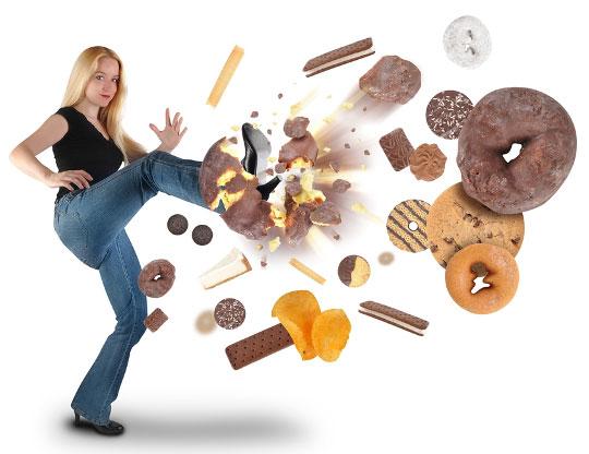 mulher chutando comidas que engordam