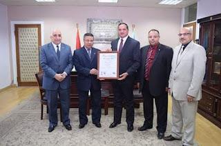 جامعة سوهاج تتسلم شهادة الأيزو 9001 لجودة النظام الإداري