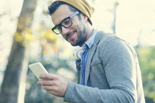 homem recebendo mensagem no celular