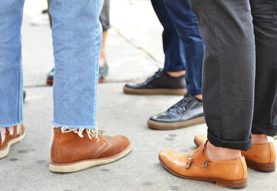 Calça Jeans Masculina com Barra Cortada Desfiada