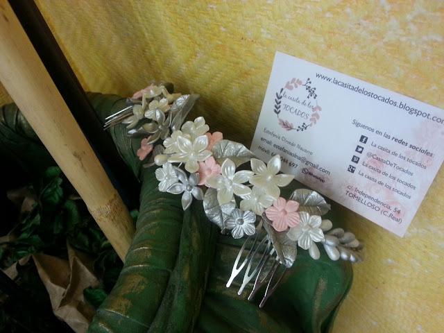 tocado artesanal para novia en plata, blanco y rosa