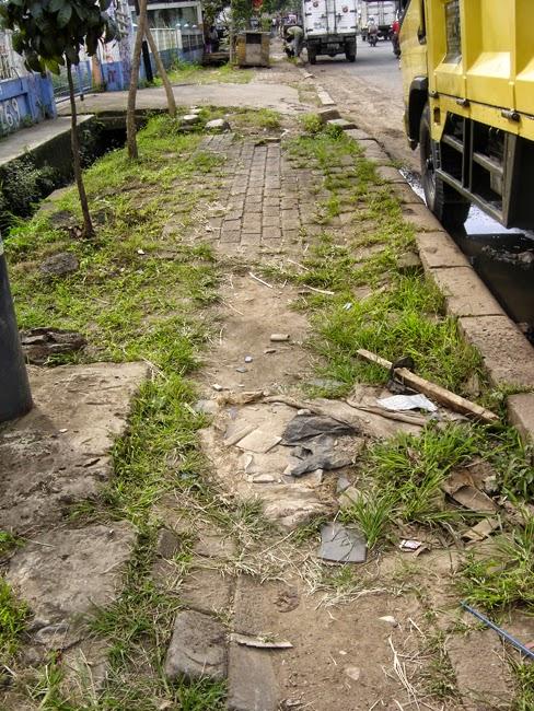 Una acera rota en Yakarta