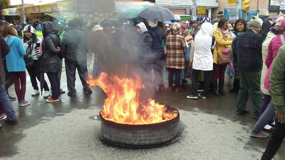 Estudiantes y docentes cortaron las vías de El Alto hacia La Paz / EL DEFENSOR SOCIAL