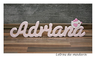 letras de madera infantiles para pared Adriana con silueta de pajarito babydelicatessen