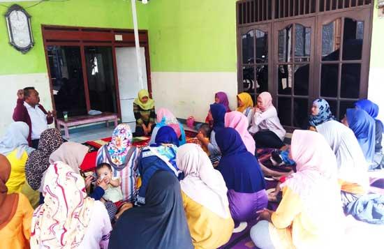 M. Nurfahroji Sosialisaikan BPJS Ke Orang Tua Murid Yang Menunggu Anak Sekolah