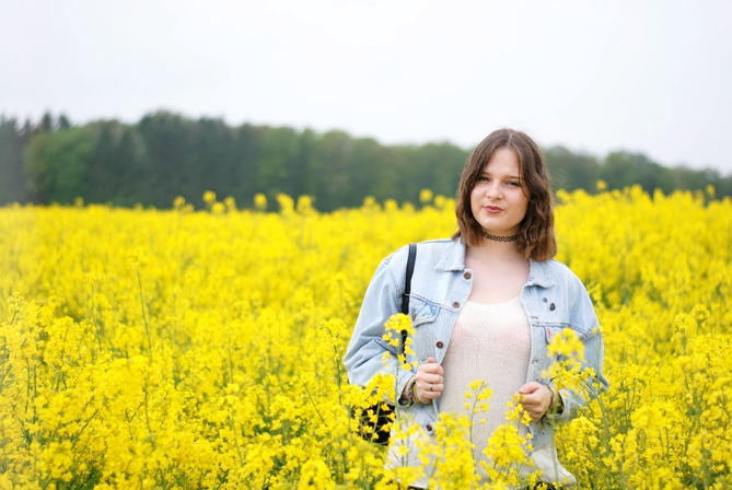 fashion blogger 90s outfit canola field