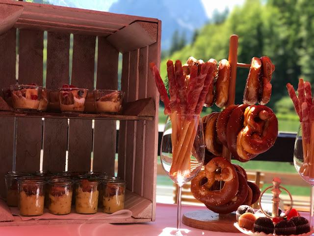 Fingerfood-Buffet, Berghochzeit am Riessersee in Garmisch-Partenkirchen, Bayern, Hochzeitshotel, Hochzeitsplanerin Uschi Glas, Apricot, Rosé, Marsalla, Pastelltöne