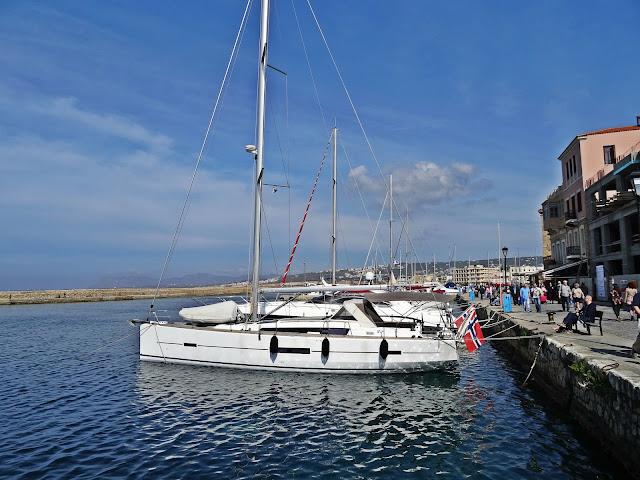 Kreta jachty i morze, kolor nieba