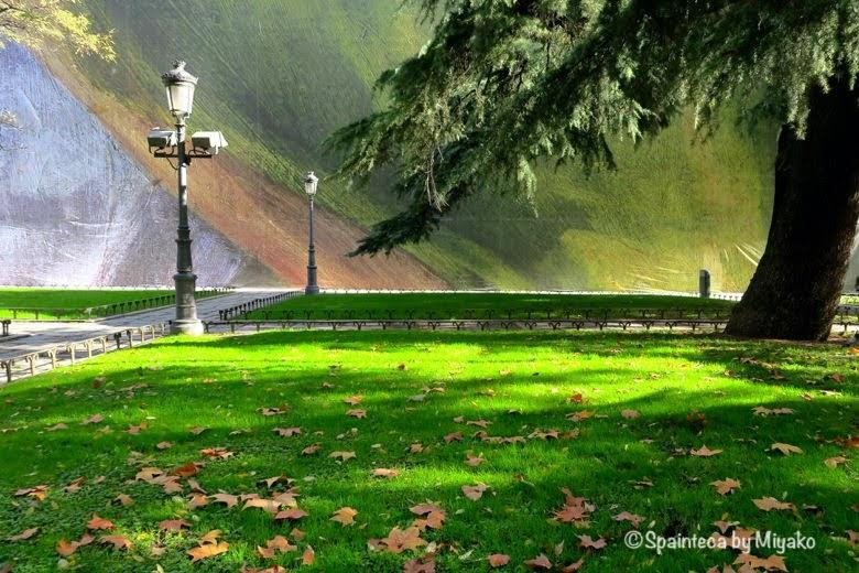 プラド美術館の壁と周辺の芝生