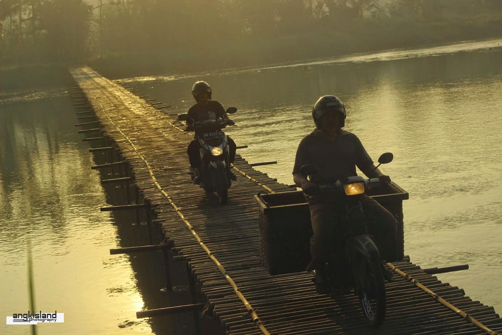 naik motor diatas jembatan