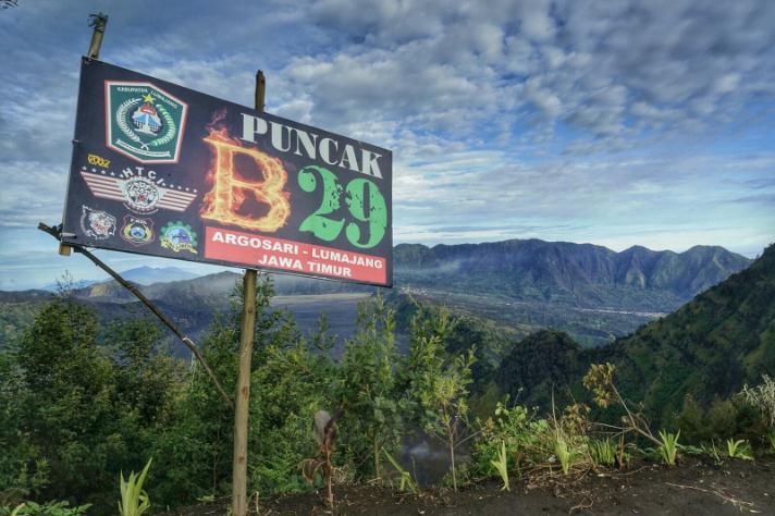 Objek Wisata Puncak B Sangat Dekat Sekali Dengan Gunung Bromo Dan Gunung Semeru Bahkan Anda Dapat Menyaksikan Alam Gunung Bromo Dari Atas Puncak B