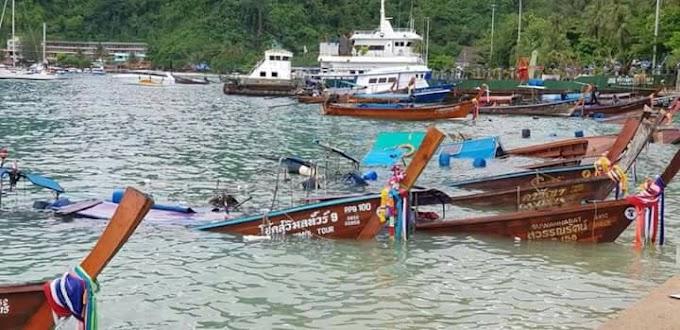 กระบี่คลื่นลมแรงซัด ชายฝั่ง ที่เกาะพีพี ส่งผลให้เรือหางยาวที่จอดหน้าหาด  จำนวน 8 ลำจมทะเล