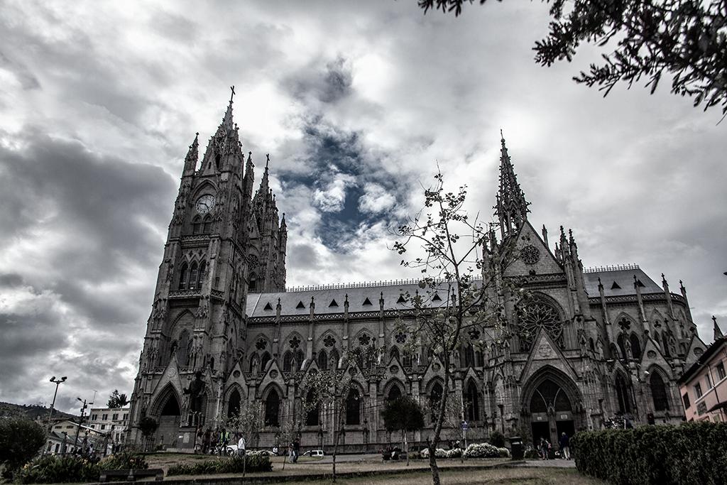 Vista lateral de la Basílica del Voto Nacional, Quito, Ecuador
