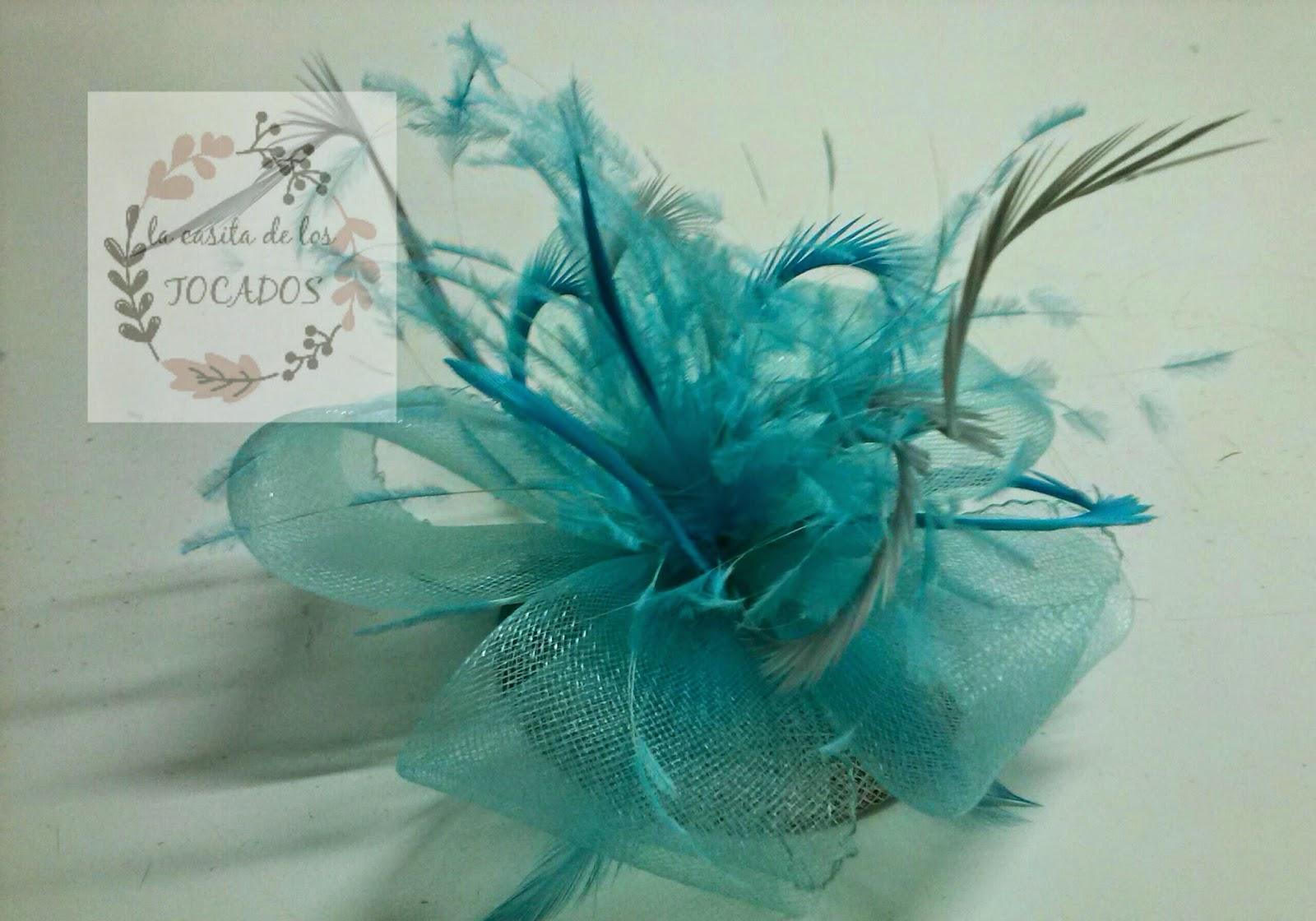 tocado con base de sinamay en plata y adornos de crin en azul cielo con plumas variadas en ambos tonos
