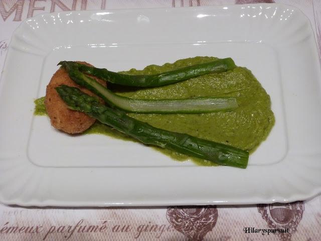Oeuf mollet frit sur sa purée d'asperges vertes