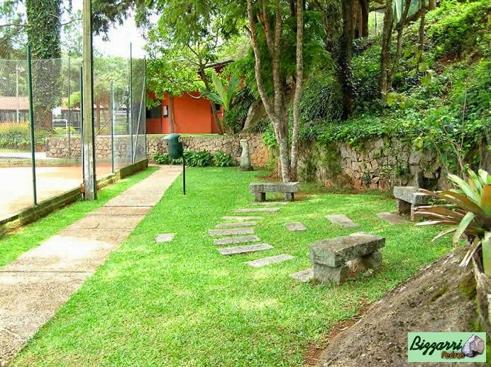 Caminho com pedra de rio no Atibaia Clube da Montanha e caminho com pedra folheta junto as quadras de tênis com os muros de pedra com os bancos de pedra.