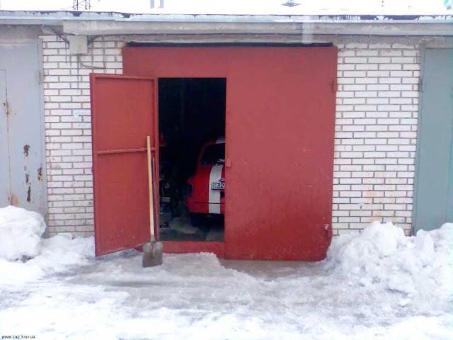 Угнанный в Сергиевом Посаде Nissan обнаружили в гараже жены полицейского в Москве