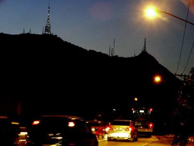 Picos do Jaraguá e do Papagaio vistos a partir das proximidades da empresa RG Log, um dos raros lugares perto do Conjunto Habitacional Turística onde se pode avistar as montanhas mais altas de São Paulo