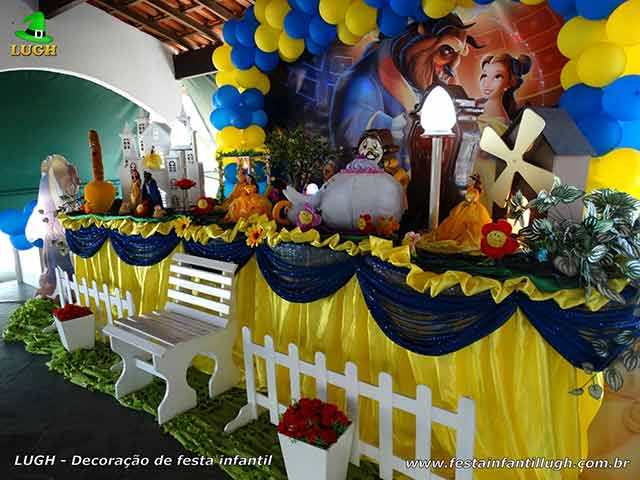 Mesa decorada luxo da Bela e a Fera forrada com tecido de pano cetim para aniversário