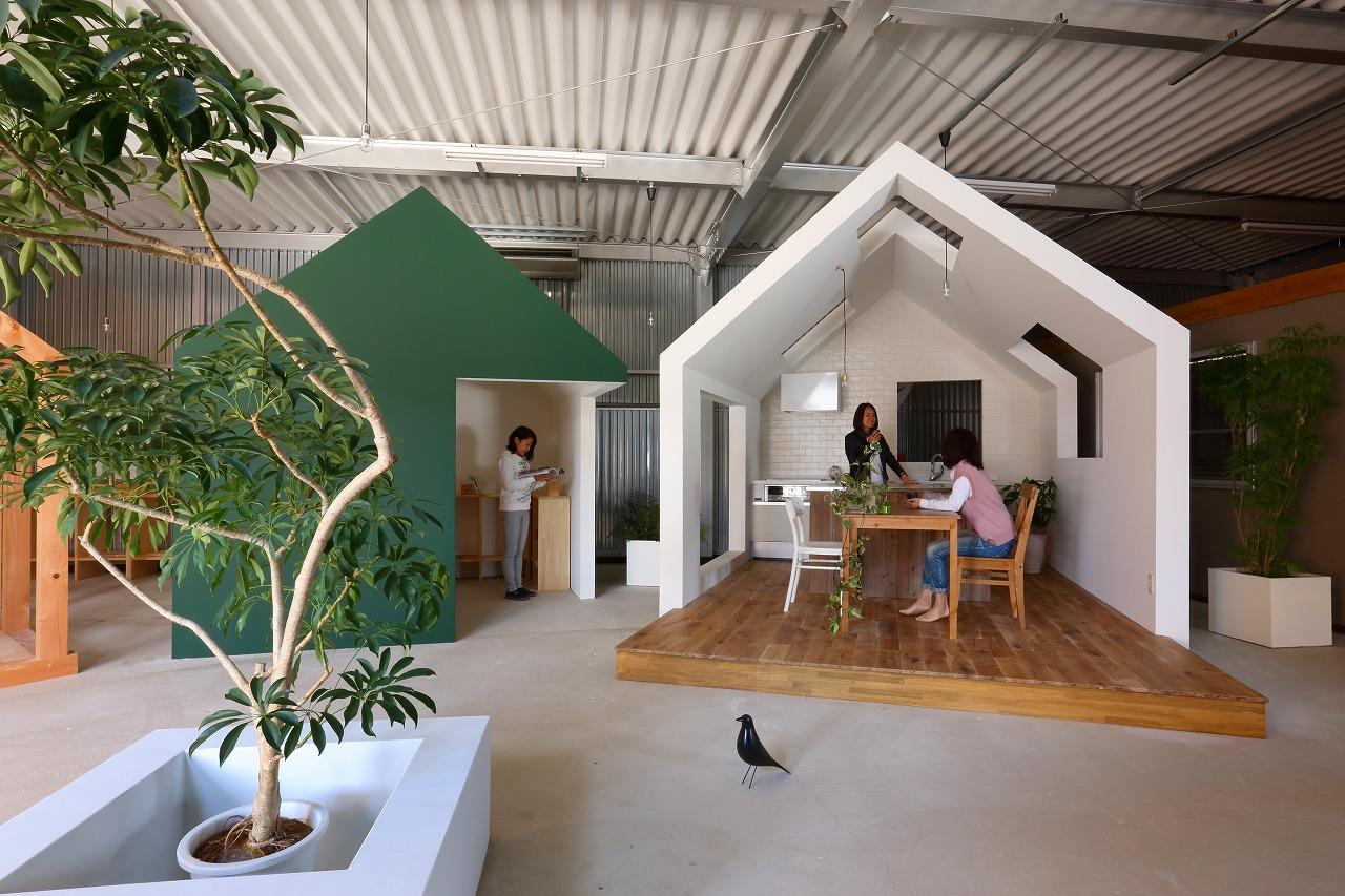 Spazio lavoro con casette in legno in giappone by alts for Design dello spazio esterno
