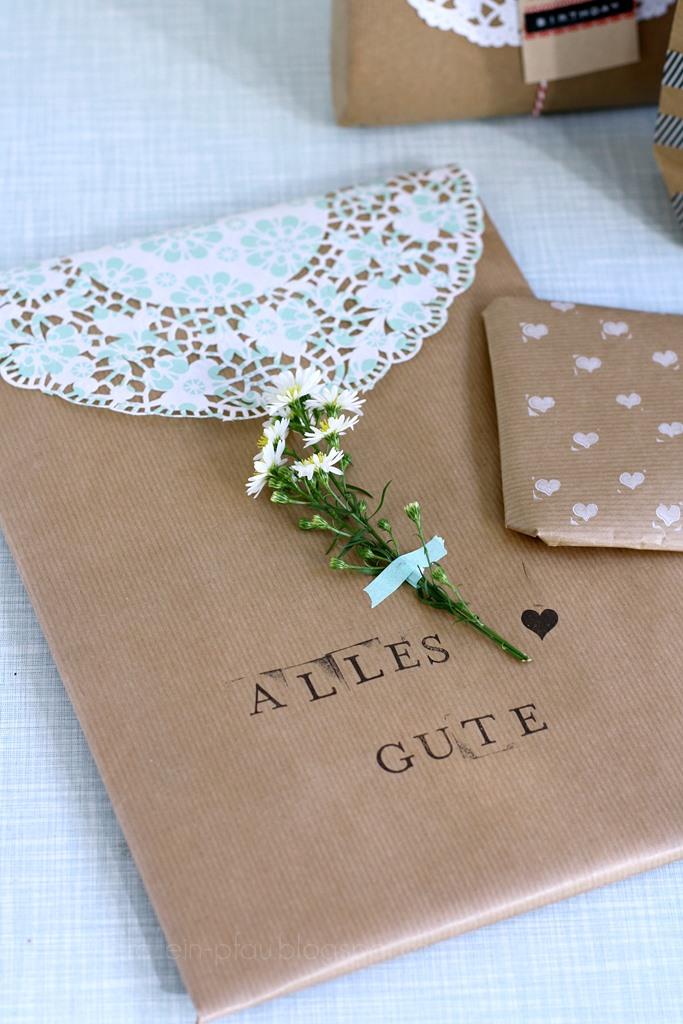 Bloggeraktion Mitmachaktion #12giftswithlove miss-red-fox Frollein Pfau, Geschenke kreativ verpacken mit Kraftpapier und Tortenspitze, DIY Geschenkeverpackungen, selbstgemachtes Geschenkpapier bestempeln, Geschenke mit Blumen verschönern