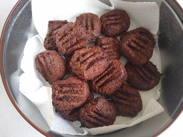 Bolachas saudáveis com chocolate negro e tâmaras