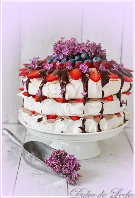 Pavlova torta s parížskou šľahačkou a ovocím