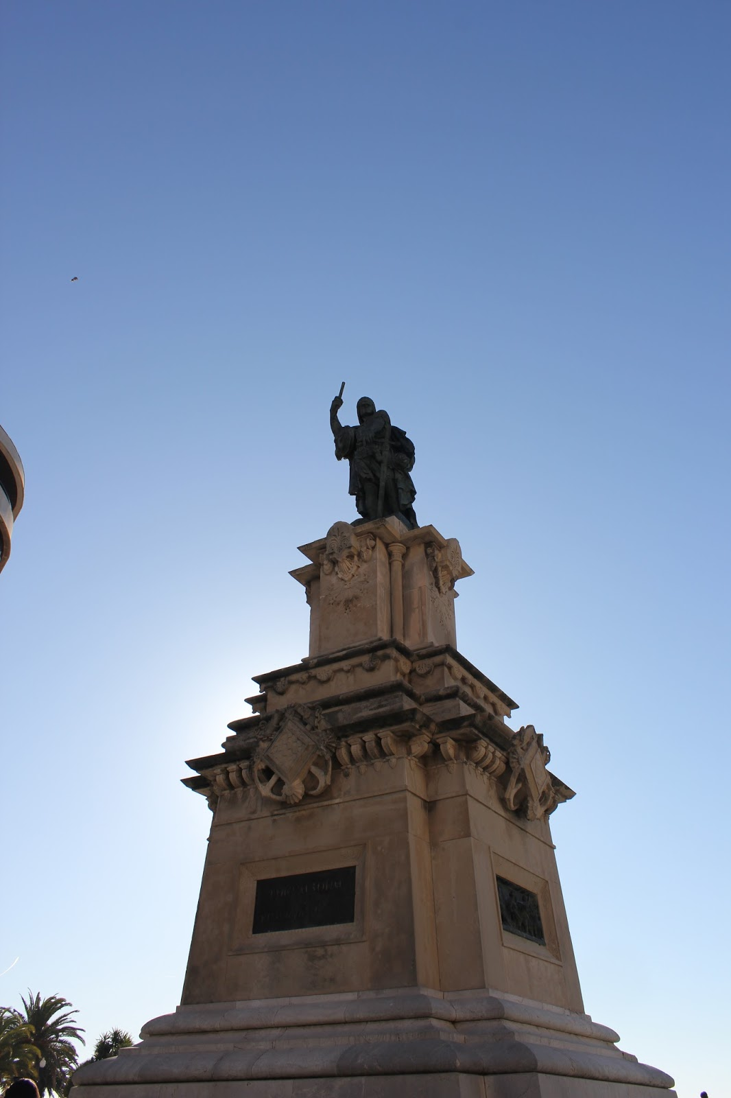 el pedestal es de y su autor es el arquitecto ramon salas ricom